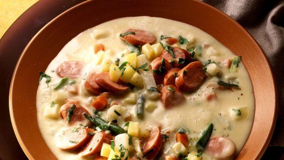 Rezept: Cremige Kartoffelsuppe mit Wurst und Gemüse