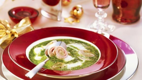 Rezept: Cremige Spinatsuppe mit Spargel-Schinken-Rollen