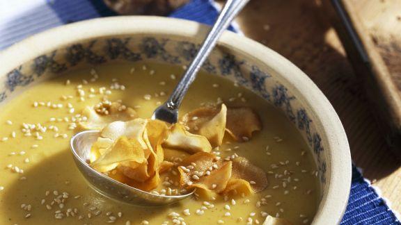 Rezept: Cremige Topinambursuppe mit Sesam und frittierten Gemüsescheiben