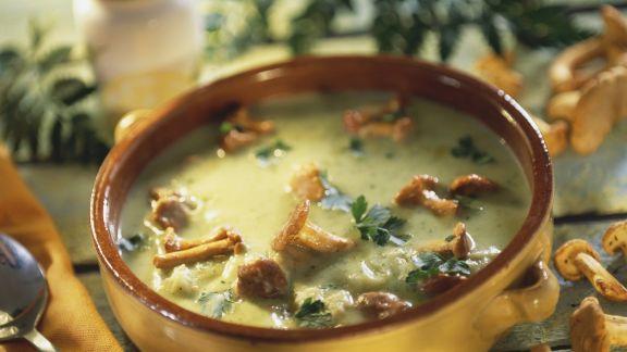 Rezept: Cremige Zucchinisuppe mit Pfifferlingen