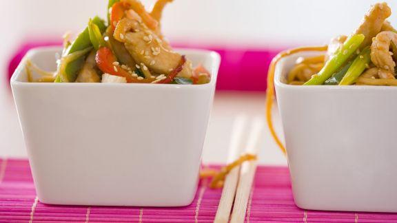 Rezept: Crevetten-Hähnchen-Salat mit Gemüse und asiatischen Nudeln