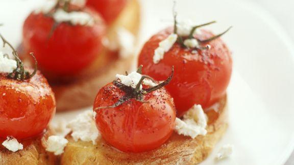 Rezept: Crostini mit Kirschtomaten und Ziegenkäse