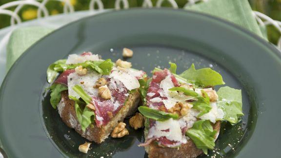 Rezept: Crostini mit Rinderfleisch-Carpaccio, Avocado und Walnusskernen