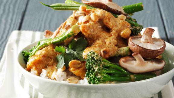 Rezept: Curry mit Shiitake, Broccoli, Erdnüssen und Geflügelfleisch