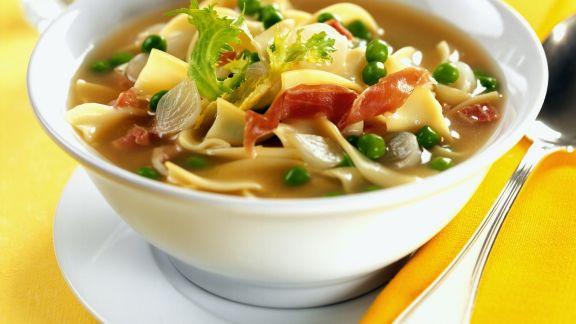 Rezept: Deftige Gemüsesuppe mit italienischem Schinken und Nudeln