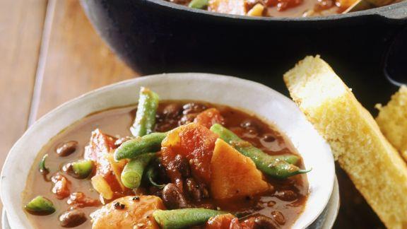 Rezept: Deftige Gemüsesuppe mit Maisbrot