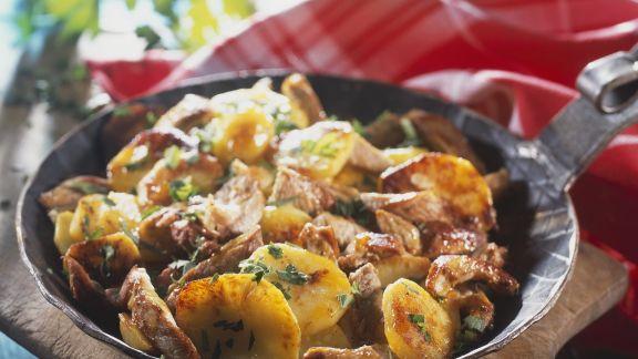Rezept: Deftige Kartoffel-Fleisch-Pfanne mit Zwiebeln (Tiroler Gröstl)