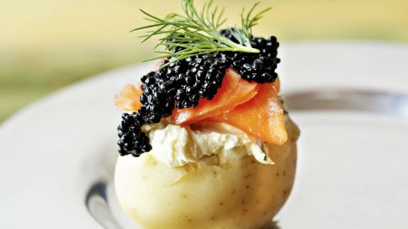 Rezept: Delikate Kartoffel mit geräucherter Forelle und Kaviar