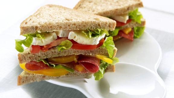 Rezept: Doppel-Sandwich mit Salami, Käse und Salat