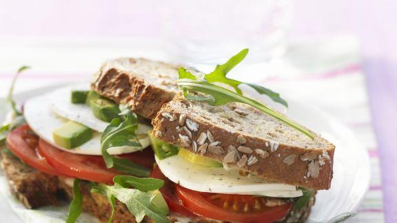Rezept: Doppeldecker mit Tomaten, Mozzarella, Avocado und Rucola