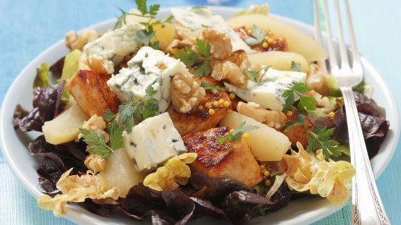 Rezept: Eichblattsalat mit Hähnchen, Blauschimmelkäse und Birnen