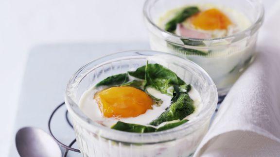 Rezept: Eier aus dem Ofen mit Spinat