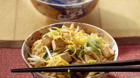 Rezept: Eiernudeln mit Gemüse-Tofu