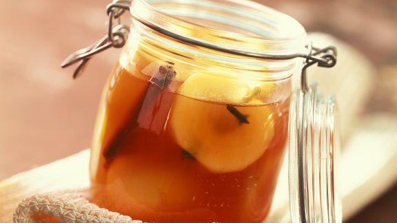 Rezept: Eingemachte Äpfel in Weinsud