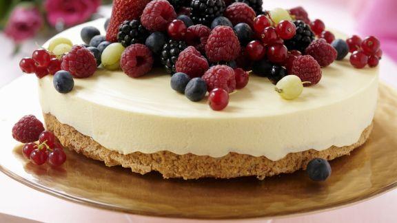 Rezept: Eistorte mit weißer Schokolade und Beeren