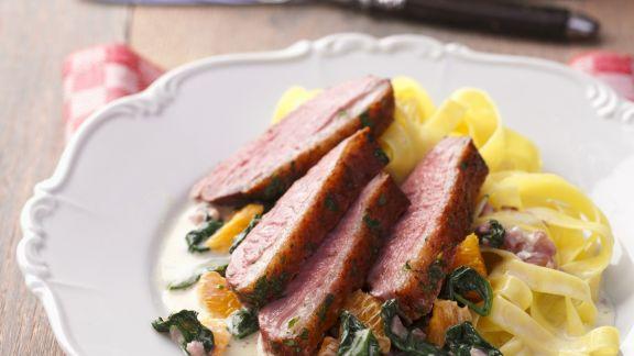 Rezept: Entenbrust mit Orangen-Spinat-Gemüse und Nudeln