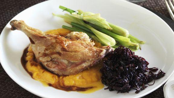 Rezept: Entenschlegel mit Kürbispüree und Rotkraut