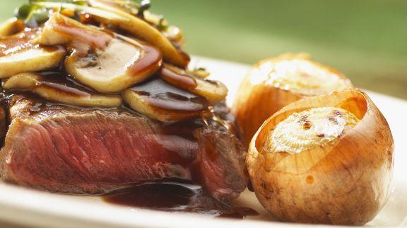 Rezept: Entrecote mit Pilzen und ganzen Zwiebeln