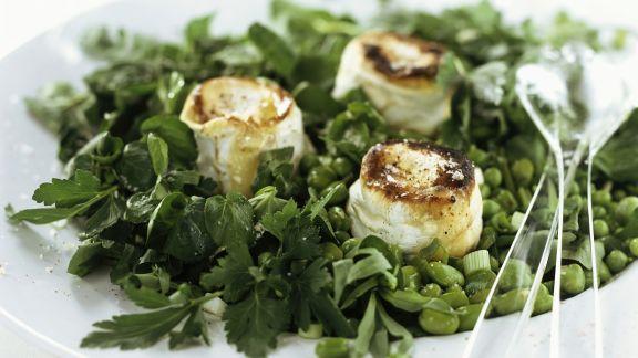 Rezept: Erbsen-Bohnen-Salat mit Kräutern und gebackenem Ziegenkäse