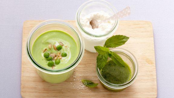Rezept: Erbsenkaltschale mit Hüttenkäse und Minzöl