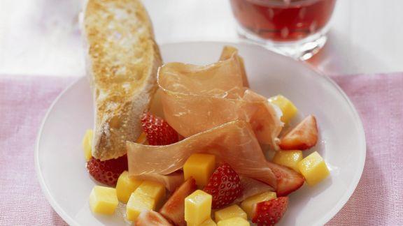 Rezept: Erdbeer-Mango-Salat mit luftgetrocknetem Schinken