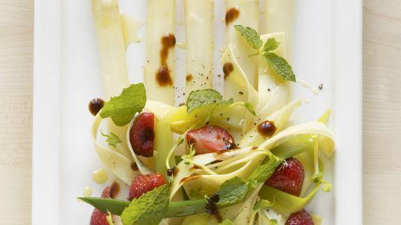 Rezept: Erdbeer-Pasta-Salat mit Spargel