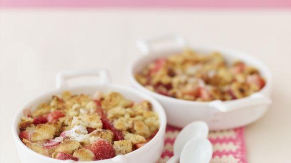 Rezept: Erdbeer-Rhabarber-Gratin mit Streuseln