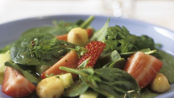Rezept: Erdbeer-Spinat-Salat mit Macadamianüssen