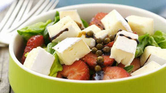 Rezept: Erdbeersalat mit Balsamico und Brie