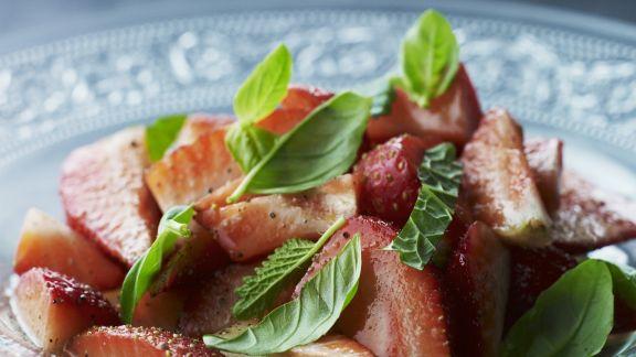 Rezept: Erdbeersalat mit Basilikum und Minze
