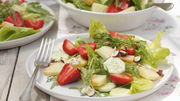 Rezept: Erdbeersalat mit Gurke, Haselnüssen und Feta