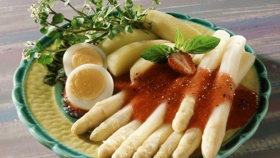 Rezept: Erdbeersoße auf weißem Spargel dazu Ei und Salzkartoffeln
