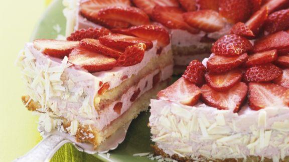 Rezept: Erdbeertorte mit weißen Schokoraspeln