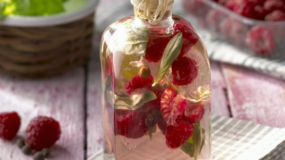 Rezept: Essig mit Himbeeren und Basilikum
