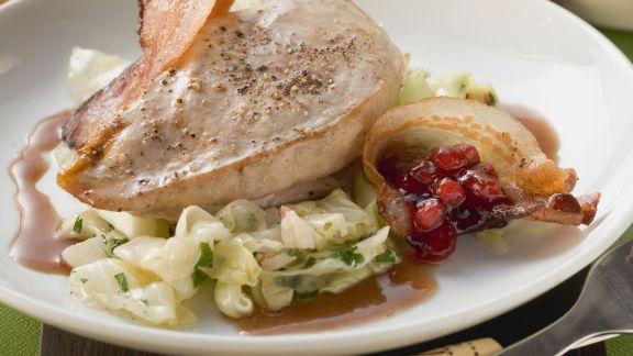 Rezept: Fasanenbrust mit Spitzkohl, Bacon und Preiselbeeren