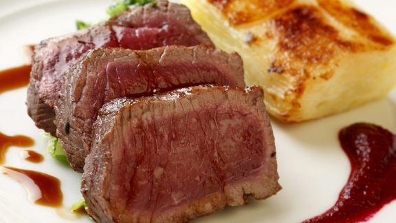 Rezept: Filet am Hirsch mit Kartoffelauflauf und Rote-Bete-Soße