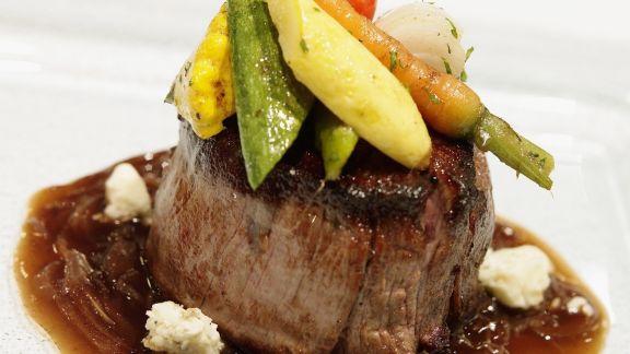 Rezept: Filet Mignon mit Baby-Gemüse, Schimmelkäse und Balsamico