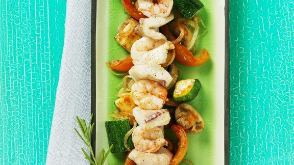 Rezept: Fisch-Garnelen-Spieß mit Gemüse