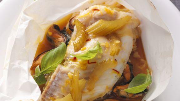 Rezept: Fisch im Backpapier mit Gemüse und Muscheln
