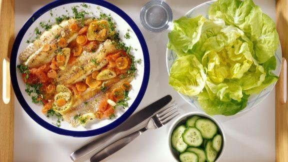 Rezept: Fisch mit Gurken, Möhren und Kopfsalat