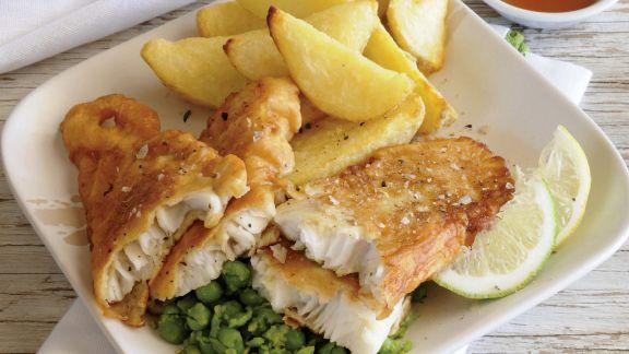 Rezept: Fisch mit Kartoffelspalten und Erbsenpüree