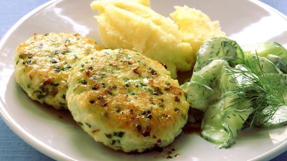 Rezept: Fischbuletten mit Gurkensalat und Püree