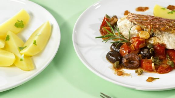 Rezept: Fischfilet mit würzigem Gemüse, Kapern und Weintrauben