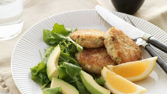 Rezept: Fischpuffer mit Avocadosalat