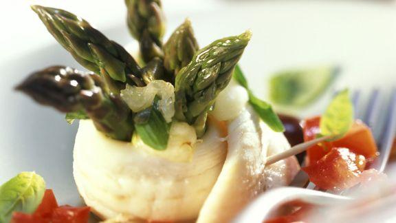 Rezept: Fischrouladen mit grünem Spargel und Tomatenragout