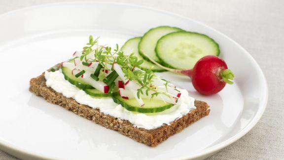 Rezept: Fitnessbrot mit Frischkäse und Gemüse