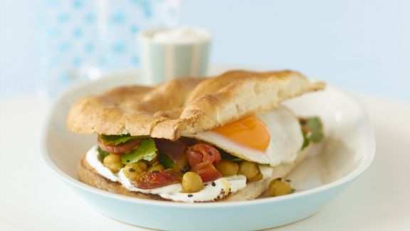 Rezept: Fladenbrot-Sandwich mit Spiegelei und Kichererbsen