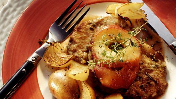 Rezept: Fleisch in Kräuterpanade mit Äpfeln, Kartoffeln und Zwiebeln