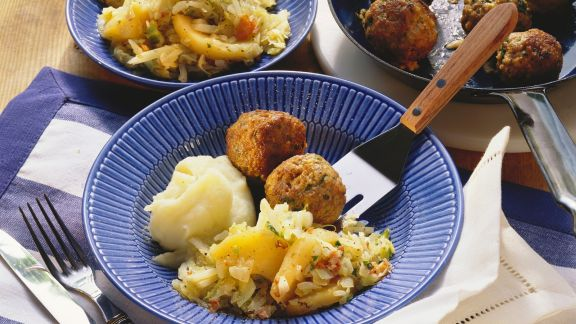 Rezept: Fleischbällchen mit Kartoffelbrei und Apfel-Kohl-Gemüse