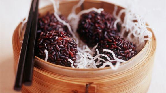 Rezept: Fleischbällchen mit rotem Reis und ausgebackenen Glasnudeln